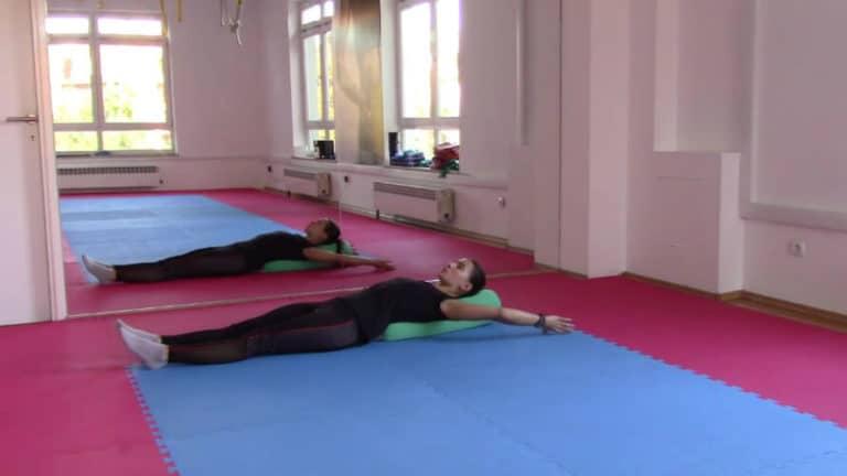 Bol u leđima prilikom dojenja – vježba za istezanje mišića srednjeg dijela leđa