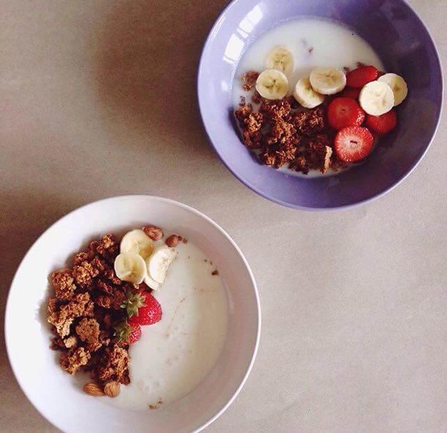 Domaća granola s jogurtom i voćem