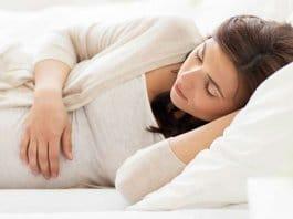 Spavanje u trudnoći - koji položaj je najsigurniji za majku i bebu?