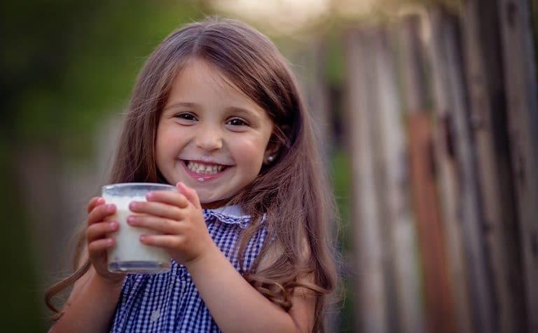Alergija na kravlje mlijeko – simptomi i biljno mlijeko kao zamjena